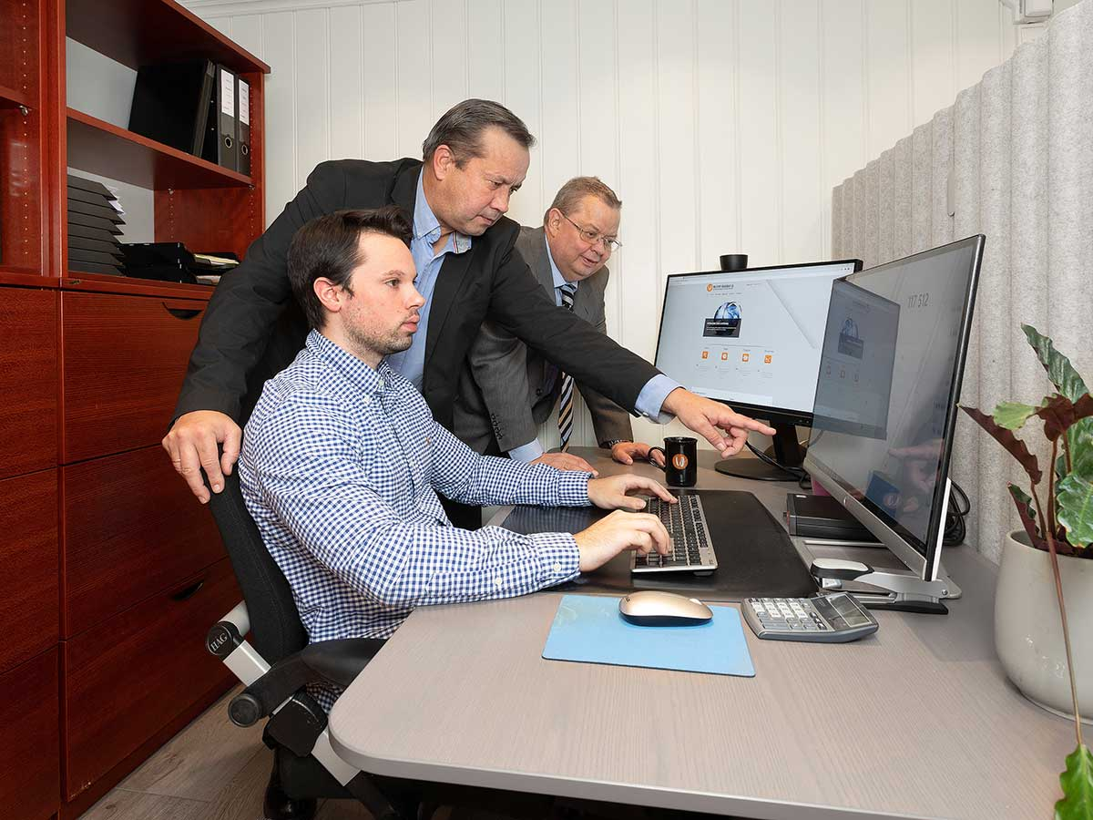 Andre Westbye og Tom Kristiansen ved kontorpulten